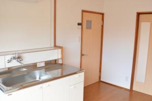 『緑ヶ丘団地 キッチンから浴室へ向かって』の画像
