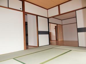 『緑ヶ丘団地 和室(1)から洋室へ向かって』の画像