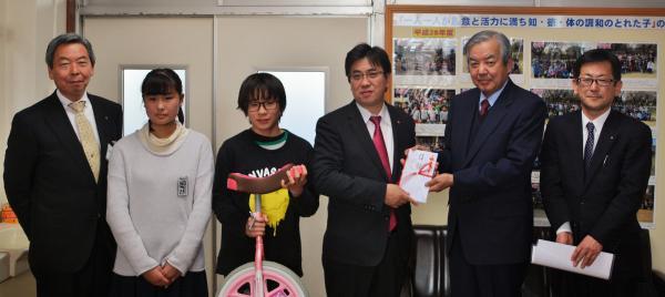 『石塚小学校 備品贈呈式』の画像